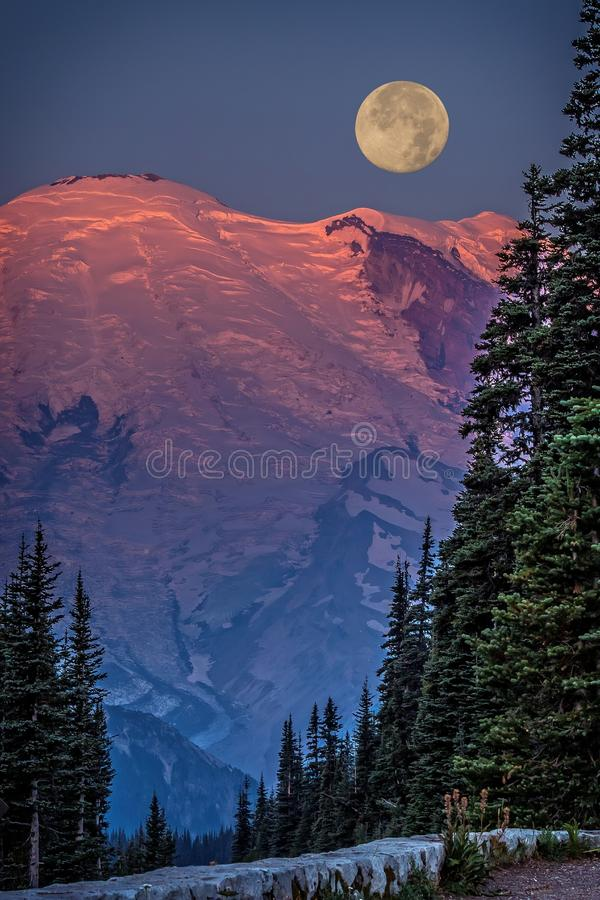 Mt Plus pluvieux au lever de soleil image libre de droits
