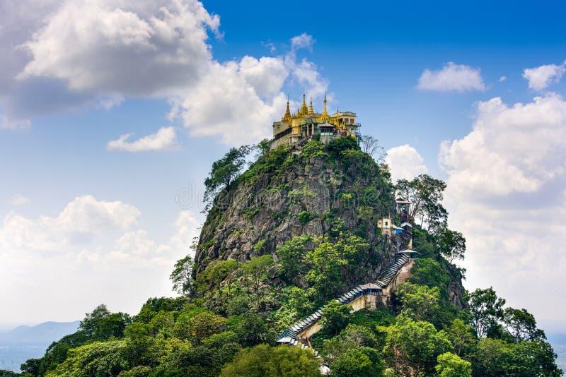 Mt Popa en Myanmar imagenes de archivo
