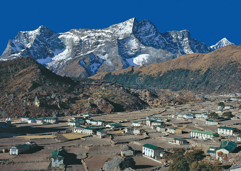Mt Pueblo de Kwondge y de Khumjung foto de archivo libre de regalías