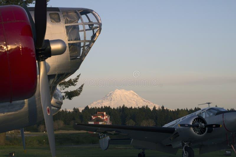 Mt Rainer rocznika samolot zdjęcie royalty free