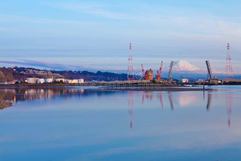Mt.Ranier en de haven van Tacoma met kranen en brug. royalty-vrije stock afbeeldingen