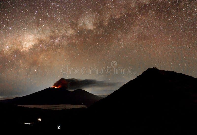 MT Raung met de melkachtige manier boven het stock fotografie