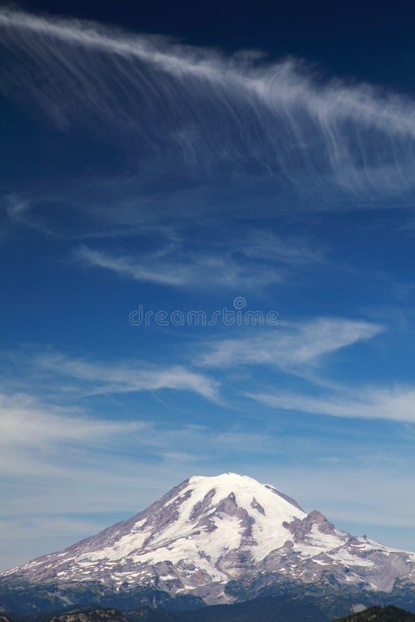 Mt. Regnerischer mit Wolken lizenzfreie stockfotografie