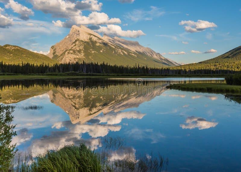 Mt Rundle riflette nei laghi vermilion fotografie stock