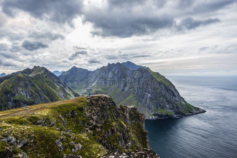 Mt Ryten en la isla de Flakstad, islas de Lofoten, es verdad una montaña a visitar imagen de archivo