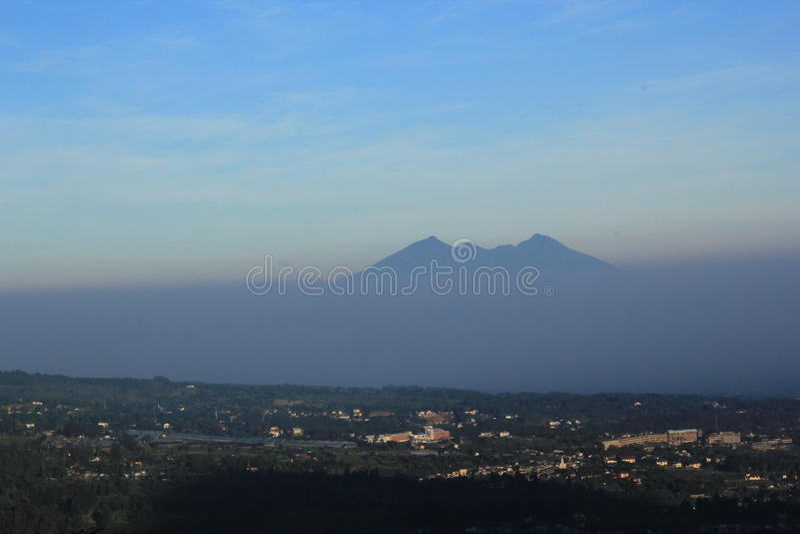 Mt Salak landskapmorgon, bogor, indones arkivfoton