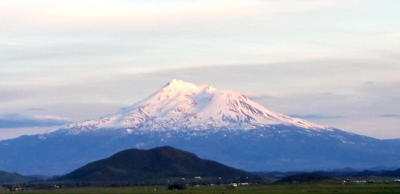 Mt Shasta en la puesta del sol fotografía de archivo libre de regalías