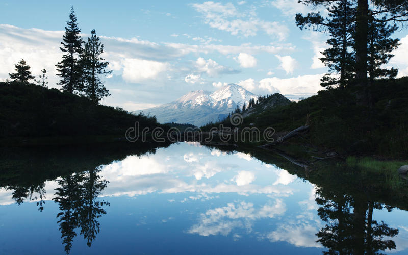 Mt Shasta-Reflexion am Heart See lizenzfreies stockbild