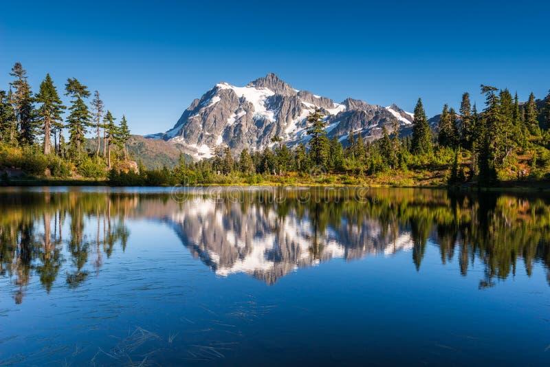 Mt Shuksan отражает в озере изображени стоковые изображения rf