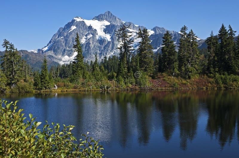 Mt Shuksan acima do lago picture, Washington foto de stock royalty free