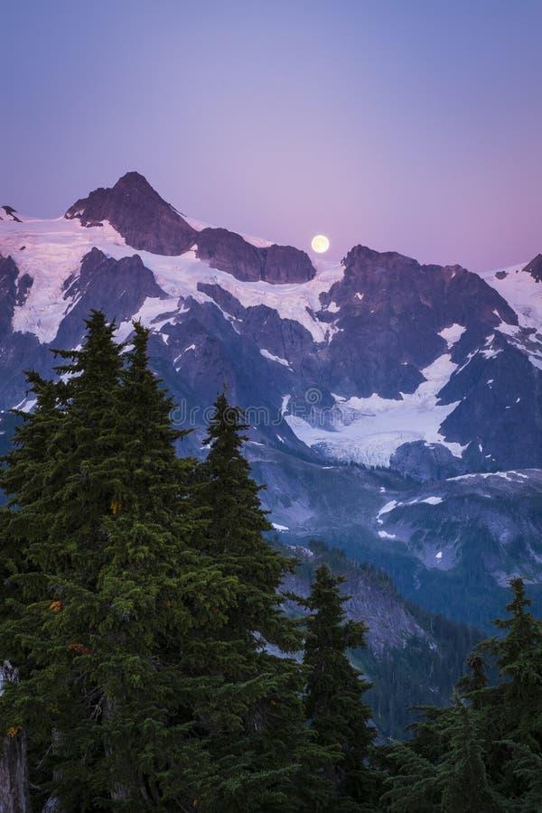 Mt Shuksan et l'augmentation musardent, gamme de cascade de l'état de Washington photographie stock libre de droits