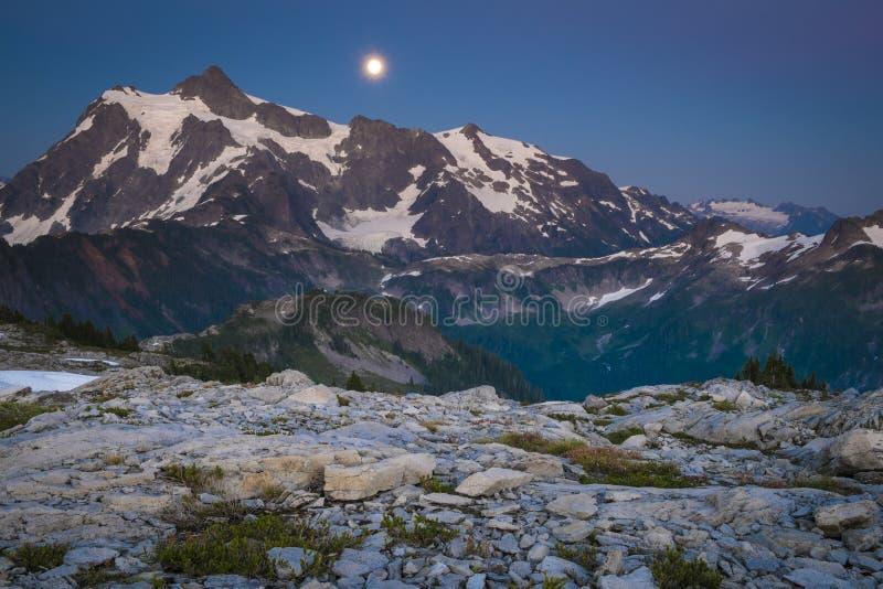 Mt Shuksan et l'augmentation musardent, gamme de cascade de l'état de Washington image stock