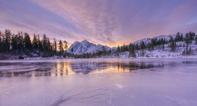 Mt Shuksan no lago congelado picture fotos de stock royalty free