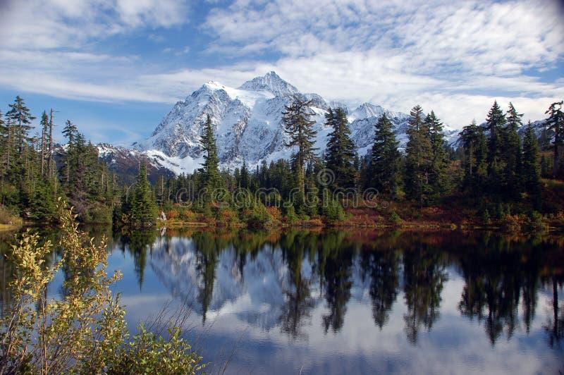 Mt Shuksan reflekterad i bild sjön arkivbild