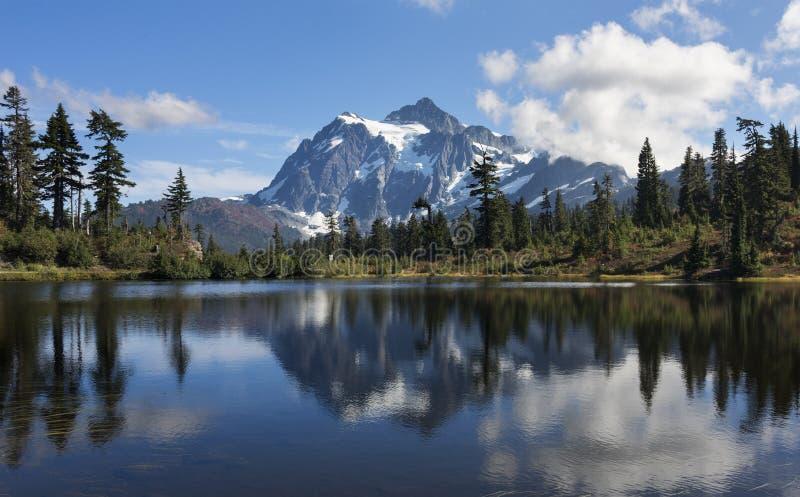 Mt Shuksan reflekterad i bild sjön arkivfoto
