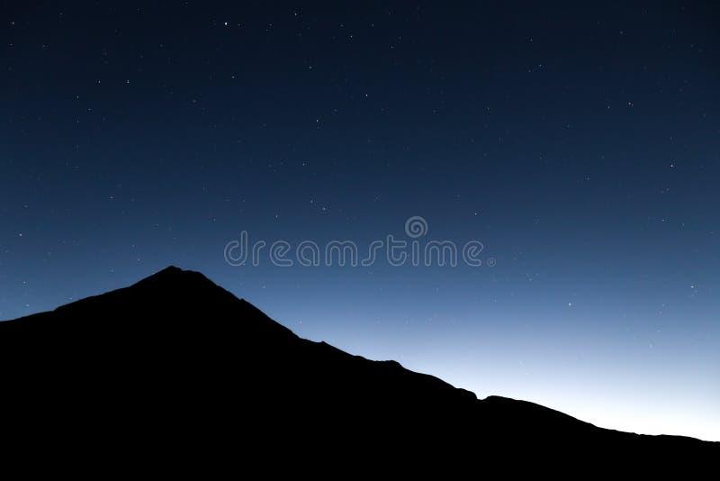 Mt Taranaki剪影和星 库存照片