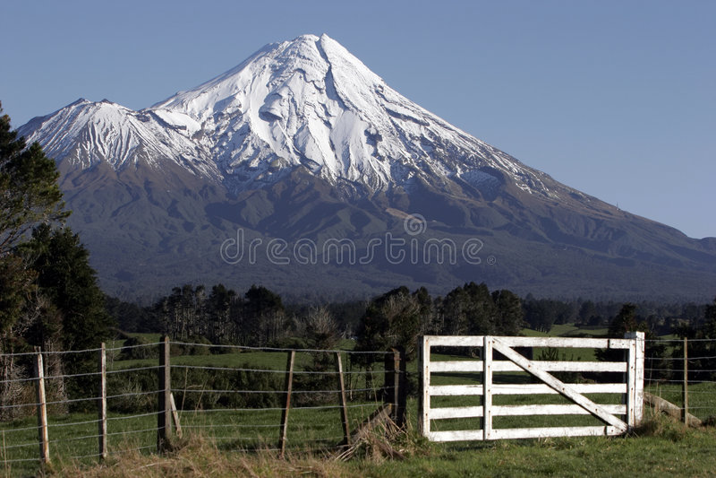 Mt Taranaki/egmont e cerca foto de stock royalty free