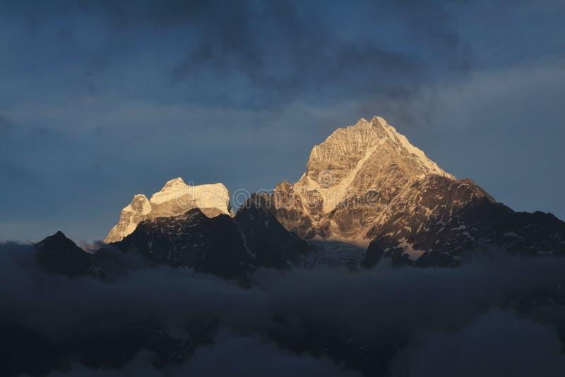 Mt Thamserku au coucher du soleil, vue de Khumjung image stock