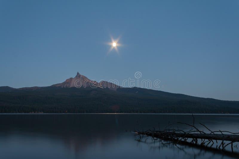 Mt Theilsen y luna fotos de archivo