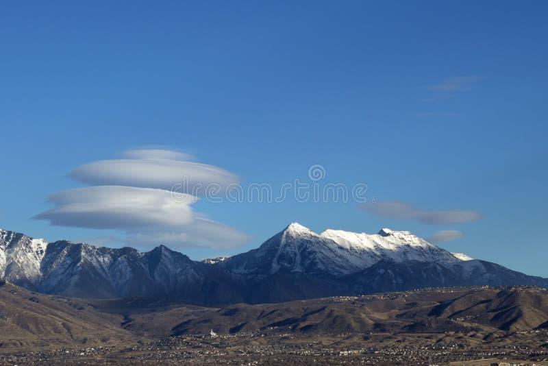 Mt Timpanogos con la nube circular fotos de archivo