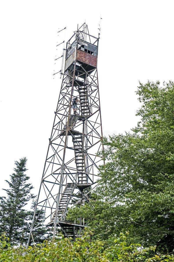 Mt A torre de fogo do metal de Sterling está em um pico de montanha alto foto de stock royalty free