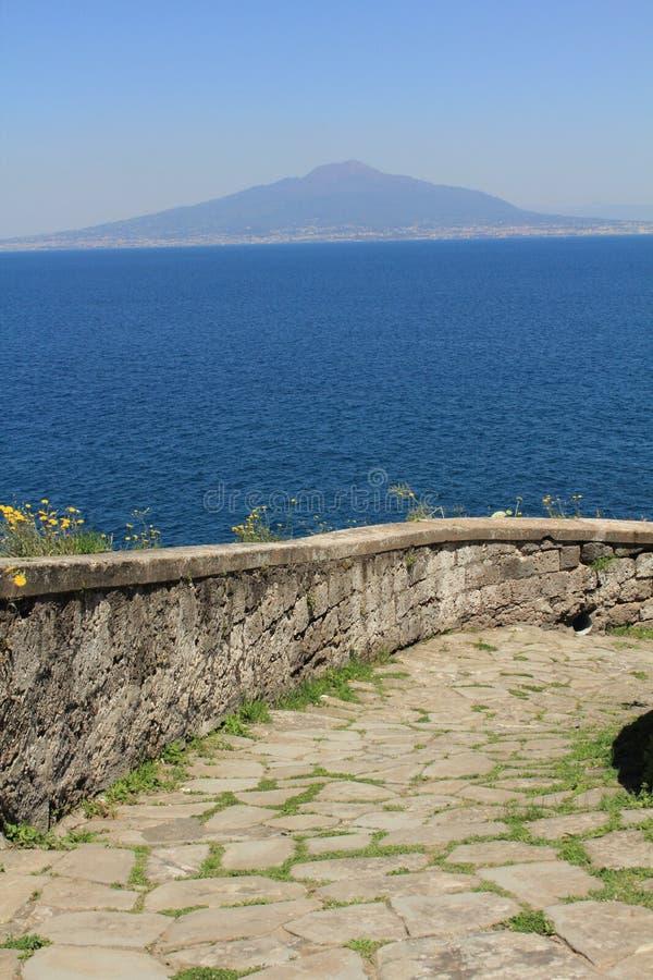 Mt Vesuvio dal lungomare di Sorrento fotografia stock libera da diritti