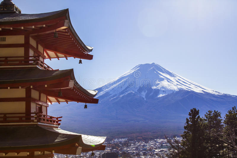Mt Visad bakifrån Chureito Pagoda för Mt royaltyfri bild