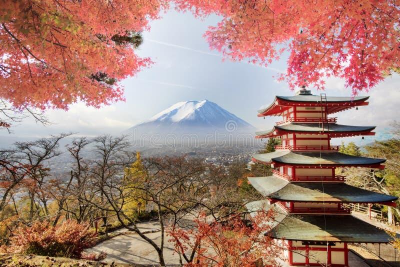 Mt Visad bakifrån Chureito Pagoda för Mt arkivbild
