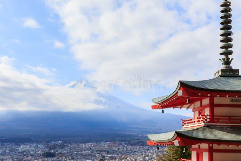 Mt Visad bakifrån Chureito Pagoda för Mt arkivfoton
