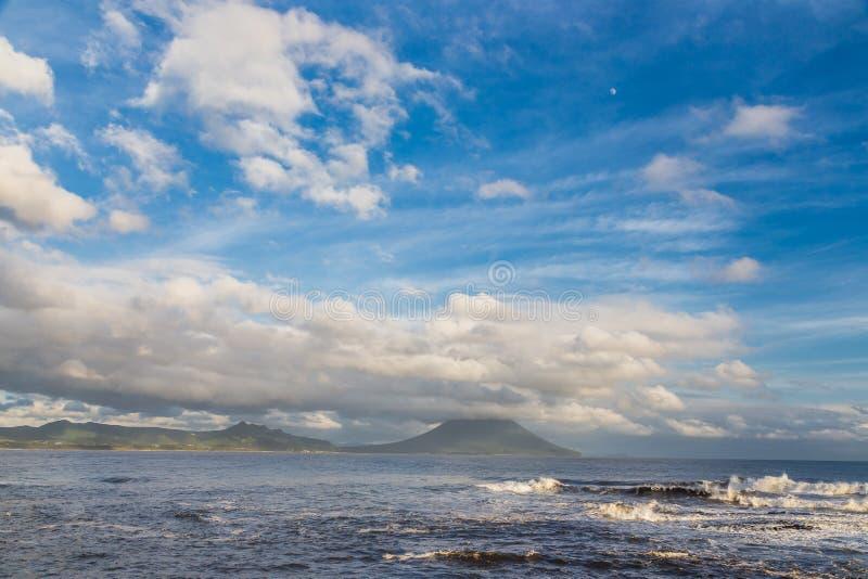 Mt Vulcão de Kaimon e cloudscape e oceano bonitos em Kagoshima, Japão imagem de stock royalty free