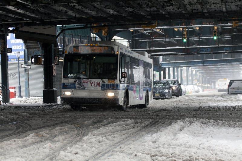MTA-Bus reist während des Schneesturmes im Bronx lizenzfreie stockfotografie