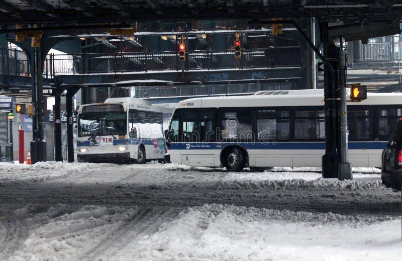 MTA-Busse reisen während des Schneesturmes im Bronx lizenzfreie stockbilder