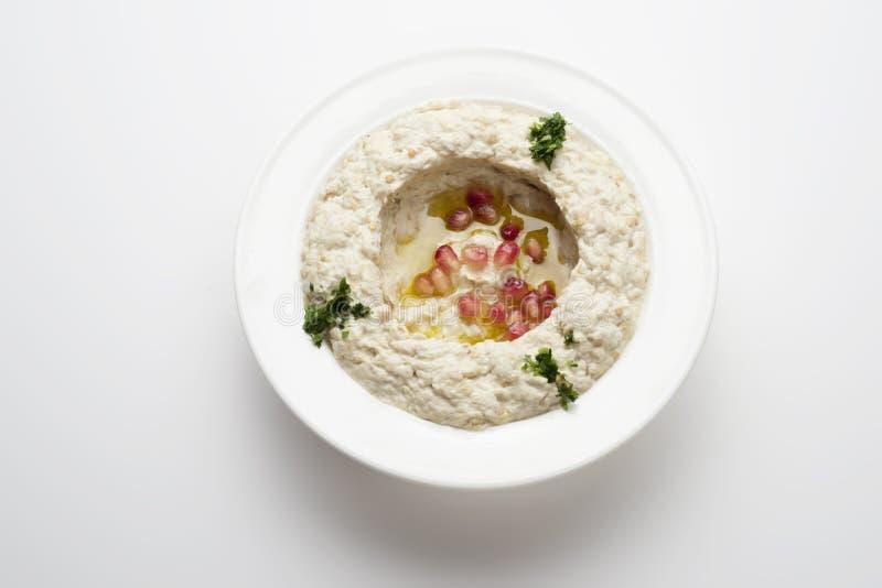 Mtabbal, Libanees voedsel van gekookte die aubergine op wit wordt geïsoleerd stock foto