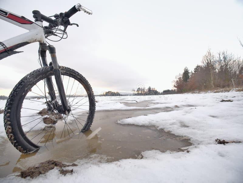 MTB-fiets die in humeurige vulklei rusten Avonturenconcept en zelfmotivatie stock afbeeldingen