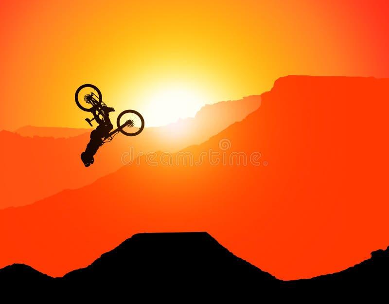 MTB / Montanha - bicicleta Downhill Backflip nas Montanhas, paisagem com o sol de posicionamento atrás das montanhas sem espadas  imagem de stock