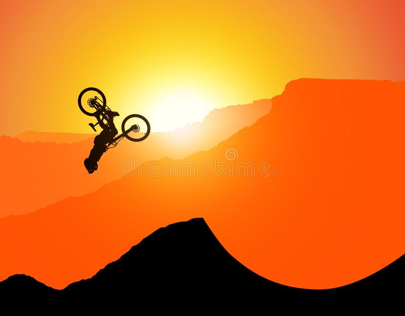 MTB / Montanha - bicicleta Downhill Backflip nas Montanhas, paisagem com o sol de posicionamento atrás das montanhas sem espadas  fotografia de stock royalty free