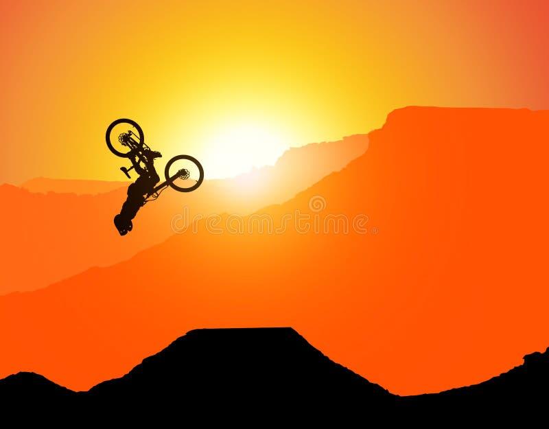 MTB / Montanha - bicicleta Downhill Backflip nas Montanhas, paisagem com o sol de posicionamento atrás das montanhas sem espadas  imagens de stock