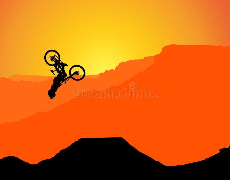 MTB / Montanha - bicicleta Downhill Backflip nas Montanhas, paisagem com o sol de posicionamento atrás das montanhas sem espadas  imagem de stock royalty free