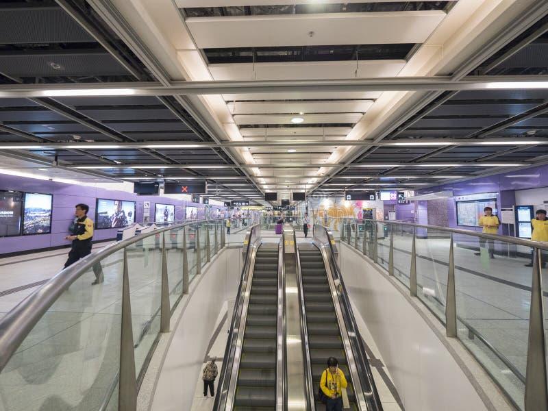 MTR Sai Ying kalambura staci concourse - rozszerzenie wyspy linia Zachodni okręg, Hong Kong obraz stock