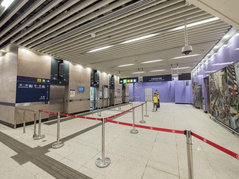 MTR Sai Ying kalambura staci dźwignięcia wyjście b - rozszerzenie wyspy linia Zachodni okręg, Hong Kong zdjęcia royalty free