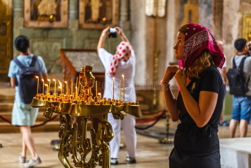 "MTSKHETA, †de GEÓRGIA ""7 DE AGOSTO DE 2018: Interior da catedral de Svetitskhoveli imagem de stock royalty free"
