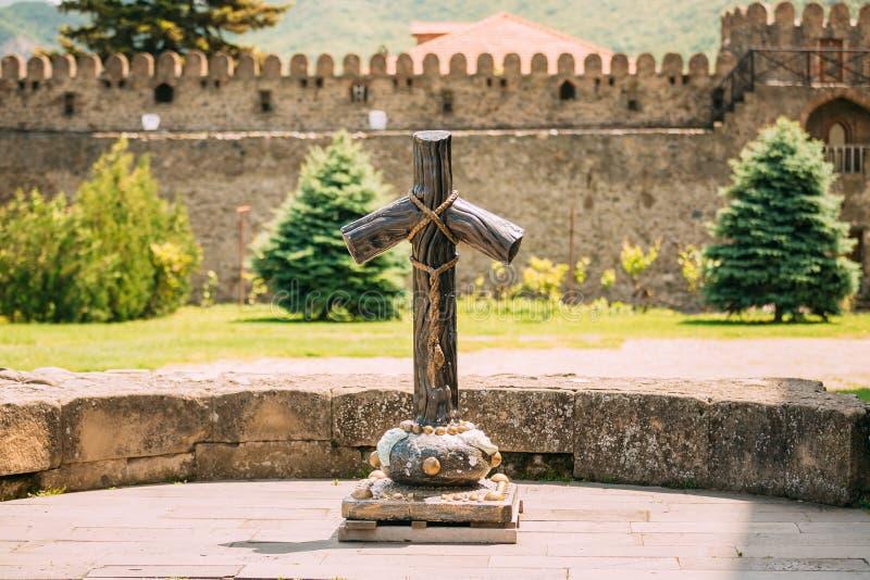 Mtskheta Geórgia Cruz de pedra de St Nina At Churchyard Of Sveti fotos de stock royalty free