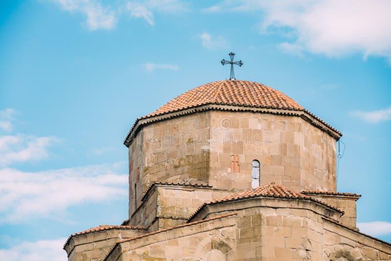 Mtskheta Georgia Близкий взгляд купола монастыря Jvari Голубой Su стоковые фотографии rf