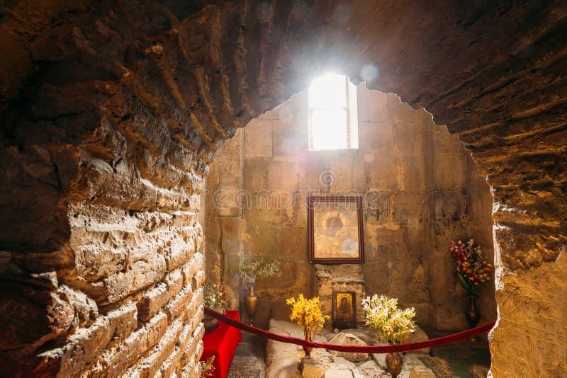 Mtskheta Georgia Взгляд через свод к значку Theotokos под окном стоковые изображения