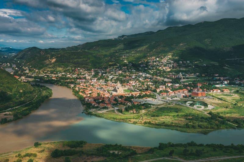 Mtskheta Georgia Вид с воздуха живописных гористых местностей, голубое небо стоковое фото rf
