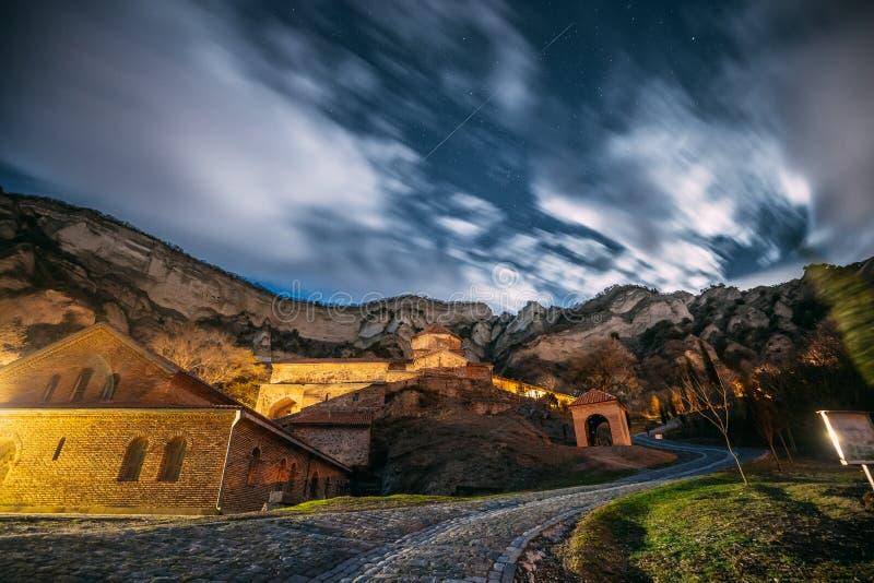 Mtskheta, Georgia Complejo monástico medieval de Shiomgvime del monasterio de Shio-Mgvime bajo brillar intensamente de Autumn Nig fotos de archivo libres de regalías