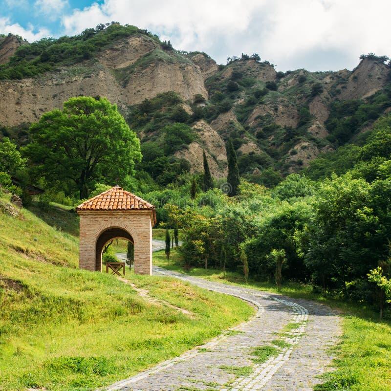 Mtskheta, Georgia L'area scenica del monastero di Shiomgvime, mattone ha incurvato la costruzione, immagine stock libera da diritti