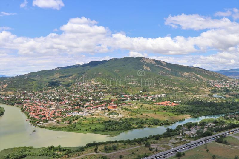 Mtskheta Tbilisi, Georgia Flyg- panoramautsikt av den Mtskheta byn, var de Aragvi flodflödena in i Kuraet River arkivbilder