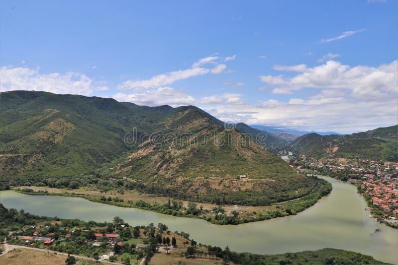 Mtskheta, Tiflis, Georgia Luftpanoramablick von Mtskheta-Dorf, wo die Aragvi-Flussflüsse in die Kura stockbilder