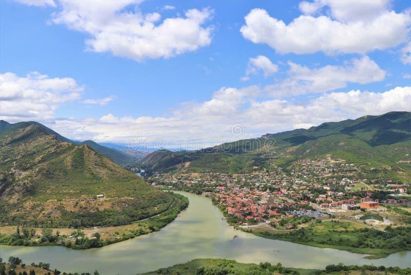Mtskheta, Tiflis, Georgia Luftpanoramablick von Mtskheta-Dorf, wo die Aragvi-Flussflüsse in die Kura lizenzfreies stockbild